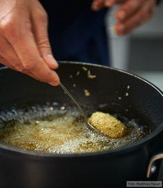 Echte Handarbeit: »e&t«-Koch Marcel Stut formt Falafel von Hand und frittiert sie in einer großen Pfanne!