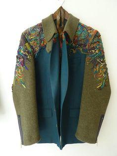 Ayasha Wood est une jeune créatrice spécialisée dans l'ennoblissement textile, notamment la broderie. Cette jeune diplômée de la Manchester School of Art interroge les modes de consommation d…