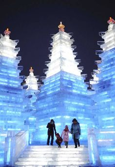 Where is the Harbin Ice and Snow Festival? This article lists all the theme parks of the ice festival in Harbin and their addresses and locations. Snow Sculptures, Sculpture Art, Ice Art, Ice Castles, Snow Art, Festivals Around The World, Harbin, Ice Ice Baby, Snow And Ice
