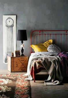 Чувственно: декоративная отделка стен и железная кровать