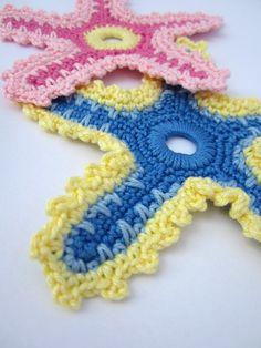 Gehäkelte Seesterne in blau und pink - crocheted starfish with blue and pink yarn
