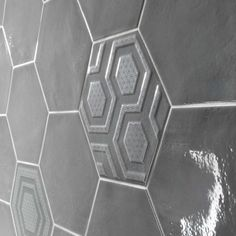 Scandiano Hexagon | SMOKE Hexagon Glossy 10,2×11,8 + SMOKE City Hall Hexagon Deco Glossy 10,2×11,8 Scene 2 3d Wall Tiles, Hand Molding, Ben And Jerrys, Brickwork, Ravenna, Color Tile, Charcoal Color, Hexagons, Pure White