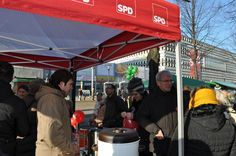 Sachsen-Anhalts Sozialminister Norbert Bischoff (SPD) besucht den SPD-Infostand auf der Meile der Demokratie 2013.