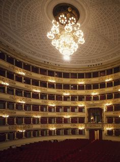 Aller voir un opéra à la Scala est une expérience inoubliable. La mythique salle italienne (qui ne paye pas de mine de l\