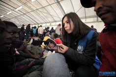 Un'operatrice #UNHCR fornisce assistenza ai migranti appena arrivati nel porto di #Augusta, in Sicilia www.unhcr.it