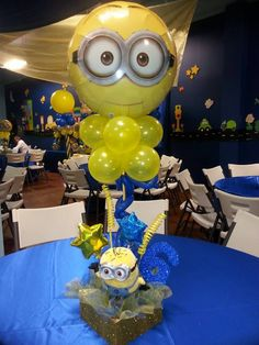 Ahh, this is awesome. Love the combination of the Minion mylar balloon on top and the little toy minion in the base. Very creative. Minion Theme, Minion Birthday, Minion Centerpieces, Minion Balloons, Minion Baby Shower, Despicable Me Party, Party Fiesta, 4th Birthday Parties, 2nd Birthday
