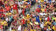 Simpatizantes tratan de agarrar la pelota durante el partido entre Honduras y Suiza. (AFP PHOTO  LUIS ACOSTA)