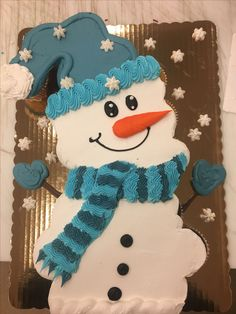 Snowman cupcake cake done with 24 cupcakes and buttercream Christmas Cupcake Cake, Holiday Cupcakes, Holiday Desserts, Holiday Baking, Christmas Baking, Snowman Cake, Snowman Cupcakes, Ladybug Cupcakes, Giant Cupcakes