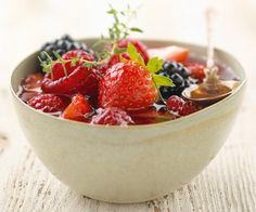 Pour bien finir le repas, nous vous proposons un dessert gourmand : la soupe de fruits rouges au thym citron. Suivez bien la recette.