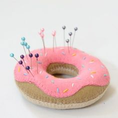 This tutorial will show you how to create this cute doughnut pin cushion from felt. thanks so xox ☆ ★ https://www.pinterest.com/peacefuldoves/