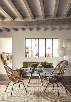 Le salon de cette maison esprit brocante, située en Normandie, mêle matières naturelles et mobilier chiné