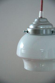 VINTAGE, petit lustre suspension ancien luminaire abat jour en verre opaline blanche... http://www.lanouvelleraffinerie.com/lustres-suspensions-vintage-seventis/832-vintage-petit-lustre-suspension-ancien-luminaire-abat-jour-en-verre-opaline-blanche.html