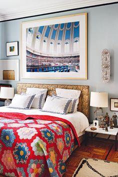 Arte de alcoba - AD España, © BELÉN IMAZ. En este apartamento bohemio y mestizo del Village neoyorquino, el interiorista, viajero incurable y experto en arte Rodman Primack vive en una armonía simple que combina trabajo y guarida temporal.