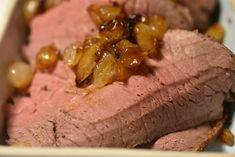 Roastbeef i gryde med perleløg og flødesovs   nogetiovnen.dk Danish Food, Always Hungry, Steak, Garlic, Pork, Food And Drink, Healthy Eating, Yummy Food, Vegetables