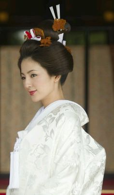 Japanese brides wear carefully styled wigs in Shinto weddings. These days, many Japanese couples do an intimate ceremony at a Shinto temple before a Western-style blowout at a Christian church. Japanese Couple, Japanese Geisha, Japanese Beauty, Asian Beauty, Japanese Lady, Japanese Wedding Kimono, Japanese Brides, Japan Kultur, Samurai
