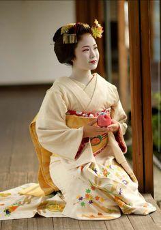 geisha at DuckDuckGo Kimono Japan, Japanese Kimono, Japanese Girl, Japanese Clothing, Geisha Japan, Geisha Art, Japanese Beauty, Asian Beauty, Memoirs Of A Geisha