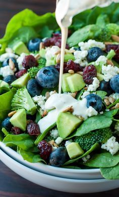 Blueberry Broccoli Spinach Salad with Poppyseed Ranch - Peas And Crayons Heidelbeer-Brokkoli-Spinat-Salat mit Mohn-Ranch Vegetarian Recipes, Cooking Recipes, Healthy Recipes, Cooking Rice, Keto Recipes, Healthy Salads, Healthy Eating, Taco Salads, Healthy Lunches