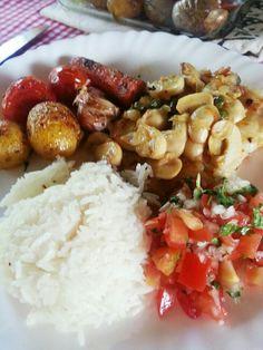 comidinha caseira deliciaaaaaa!!! um filé de panga legumes no forno e um vinagrete com arroz branco hummm