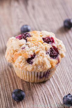 Blueberry Muffins mit Streuseln (ca. 50g weniger mehl im teig und dafür 50g mehr mehl in die streusel; und unbedingt mehr beeren, dann ist das rezept perfekt)