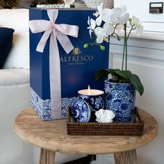 This hamper includes coral, an oriental rose candle, a vase with artificial orchid and a rattan tray. A classic combination of blue and white with a relaxed coastal touch. ⠀