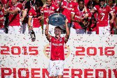 PSV pakt titel in knotsgek seizoensslot Soccer Players, Champions, Premier League, Christmas Sweaters, Baseball Cards, Instagram Posts, Sports, Was, Twitter