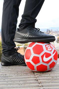Estas zapatillas de futsal Nike TiempoX Lunar Legend Pro IC están diseñadas  para proporcionar el máximo agarre en pistas lisas y secas. 2338f883c4ea1