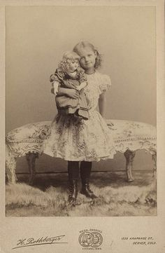 The first mistress, the first outfits. Antique dolls on old photographs / vintage antique dolls, replicas / Beybiki. Vintage Children Photos, Vintage Girls, Vintage Pictures, Old Pictures, Vintage Images, Old Photos, Victorian Photos, Antique Photos, Vintage Photographs