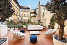 Bienvenue sur la terrasse de ce magasin Louis Vuitton. Tout a été pensé pour offrir une agréable pause aux clients. Slowgarden a dessiné puis aménagé cet espace extérieur.
