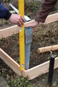 Einfaches Hochbeet selber bauen Einschlagbodenhuelsen ausrichten Wasserwaage