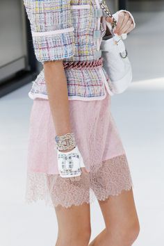 Chanel Spring 2017 Ready-to-Wear Fashion Show Details: See detail photos for Chanel Spring 2017 Ready-to-Wear collection. Look 24 Only Fashion, Fashion Week, Fashion 2017, Look Fashion, Fashion Details, Runway Fashion, Spring Fashion, Fashion Show, Fashion Outfits