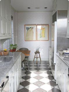 Colores y distribución: combinación de blanco, gris y metal. Me gusta la ventana con estores grises y el rinconcito para desayunar. (Ideas for Small kitchen.)