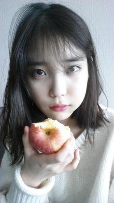 How can iu look so pretty eating an apple? Iu Short Hair, Iu Hair, Short Hair Styles, Sulli, Snsd, Iu Diet, Korean Girl, Asian Girl, Korean Actresses