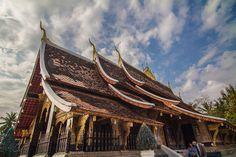 Wat Xieng Thong (Temple of the Golden City), #LuangPrabang, #Laos est un temple boudiste contruit en 1559-1560 par le roi laotien Setthathirath là où le Mekong et le fleuve Nam Khan se rejoignent. C'est l'un des monastère laotien les plus importants et reste un monument remarquable tant pour l'aspect religieux qu'historique et artistique. - www.gdecooman.fr -
