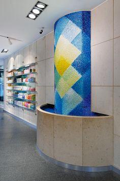 Apotheke am Neumarkt, Brunnen mit Mosaikkunst