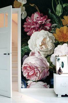 Behang van KEK Amsterdam. De KEK Amsterdam oude bloemen-serie is er en diverse afmetingen en varieert van 194 tot 389 cm breed.