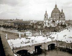 Blick auf die Schlossbrücke, 1909. Der dominante Bau des 1905 eingeweihten Neuen Doms lässt Schinkels Altes Museum bescheiden erscheinen. Foto: Max Missmann.