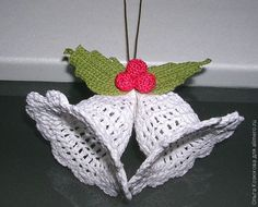 Новогодние колокольчики, вязаные крючком...sketchy instructions;but there's a diagram for crocheting and a stiffener recipe for the ornament!!