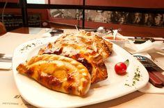FRANQUICIA EL DIEZ. Después del asado, las empanadas son el plato más popular y típico de la Argentina. La empanada ya formaba parte de la comida europea y en especial española de la Edad Media. Fue introducida por los españoles en América, y hoy se come con los más variados rellenos y cocinada de varias formas, incluyendo al horno y fritas. En todo restaurant EL DIEZ se pueden comer sabrosas empanadas de varios gustos.