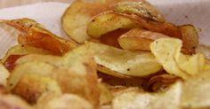 Heb je zin in een lekkere hartige snack maar heb je net nu niets in huis? Niet getreurd, je kan zelf chips maken in de microgolfoven. Het duurt amper 10 minuten en ze zijn lekkerder, gezonder en - verrassend genoeg - minstens even krokant als die van de supermarkt! Dit heb je nodig aardappelen olijfolie kruiden naar keuzeAan de slag Snijd de aardappel in zo fijn mogelijk plakjes