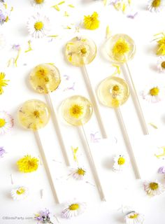 Honey & Lemon Floral Lollipops Recipe - learn to make these lollipops at home , it's so easy, tasty and so pretty for Spring and garden parties! - BirdsParty.com