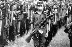 Kind soldaten zijn kinderen jonger dan 18 die werken voor een regeringsleger of een andere gewapende groep en daarvoor taken moeten uitvoeren.