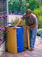 Dress the rain barrel: Dress the rain barrel: Die Post-Regenfass . Vertical Garden Design, Herb Garden Design, Diy Garden Decor, Rain Garden, Garden Pots, Water Barrel, Herb Planters, Water Collection, Rainwater Harvesting