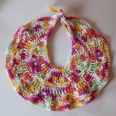 Free crochet pattern for a large baby bib. The yarn used is Bernat Handicrafter cotton. Crochet Baby Bibs, Crochet Baby Beanie, Crochet Baby Clothes, Crochet Gifts, Crochet For Kids, Crochet Yarn, Free Crochet, Beach Crochet, Crochet Socks