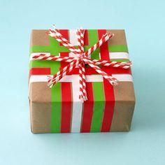 what a great idea! using paper straws to gift wrap! Se acerca Navidad y es tiempo de comenzar nuestros proyectos ¿Que les parece esta envoltura de regalo? #popotes #etcmx #diy #gift #regalo #xmas Venta de Popotes rayados, puntos, estrellas, etc...