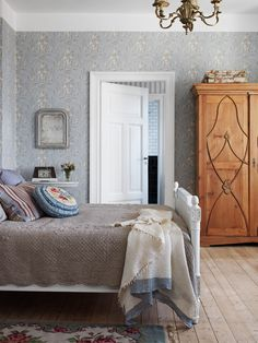 Town House Simrishamn - tidstypsikt renovated in rustic Heirloom - Comfortable home Dream Bedroom, Home Bedroom, Bedroom Decor, Estilo Cottage, Sweet Home, Interior Decorating, Interior Design, Beautiful Bedrooms, My Dream Home