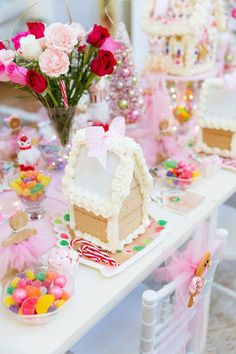 Details for hosting a Gingerbread House Tea Party complete with candy recommendations, how to make the houses, party details and more! Gingerbread House Parties, Christmas Gingerbread House, Christmas Tea, Gingerbread Houses, Gingerbread Birthday Party, Christmas Tables, House Party Decorations, Party Centerpieces, Diy Party