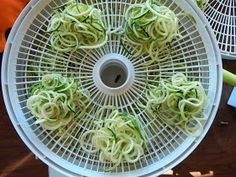 Proverbs 31 Woman: How to Dehydrate Zoodles & Other Vegetable Noodles Raw Dessert Recipes, Raw Food Recipes, Drink Recipes, Jar Recipes, Freezer Recipes, Dehydrated Vegetables, Dehydrated Food, Vegetable Noodles, Zucchini Noodles