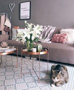 Pure Eleganz! Mit dem Tablett-Tisch Cupid sorgst du für glamouröse Akzente in Deinem Wohnzimmer. Der perfekte Beistelltisch für jeden, der etwas Eleganz in sein Zuhause bringen möchte. // Wohnzimmer Beistelltisch Couchtisch Sofa Kissen Teppich Gold Kupfer #WohnzimmerIdeen #Beistelltisch #Couchtisch @evakais_r