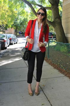 Red blazer - Spring look with white blouse and leopard pumps / Look printemps avec chemise blanche et escarpins léopard