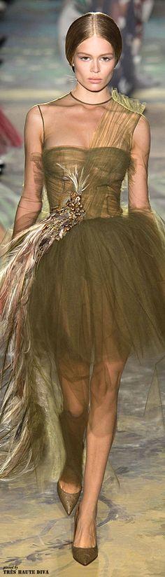 Valentino Spring 2014 Couture v Green Fashion, High Fashion, Fashion Show, Beautiful Gowns, Beautiful Outfits, Couture Fashion, Runway Fashion, Estilo Glamour, Italian Fashion Designers